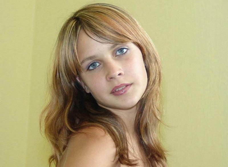 Совершеннолетняя Лизочка показала дойки на лежанке