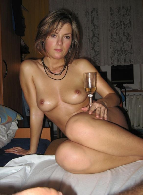 Выпившая деваха легла обнаженная на кроватка смотреть эротику