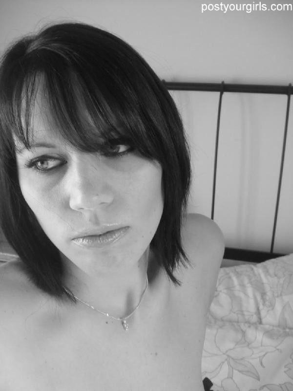 Соблазнительная брюнеточка фотографируется в черно-белых тонах