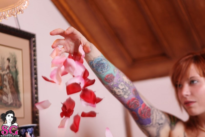 Татуированная рыжуха принимает душ с лепестками роз