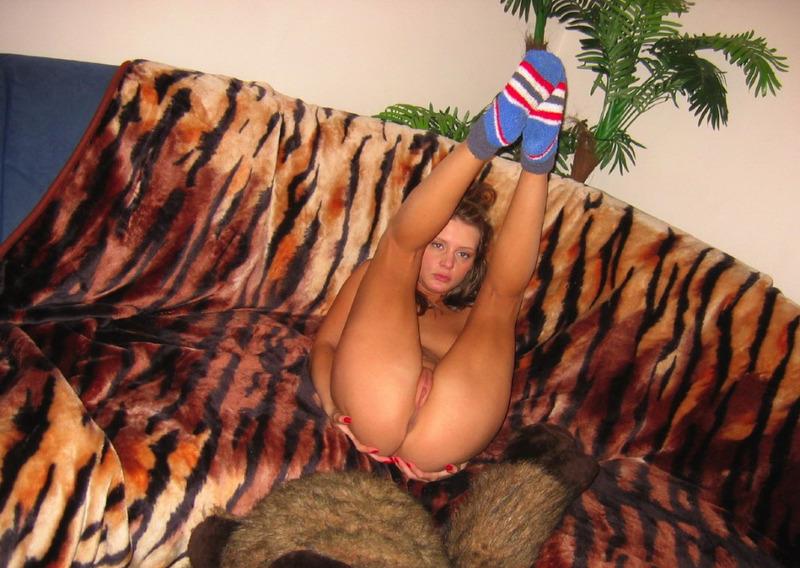 19-летняя телка валяется без бикини на тигровом софе