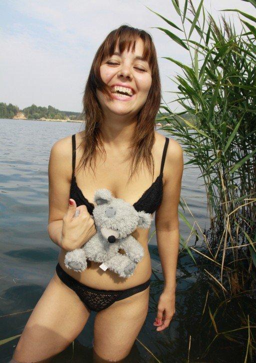 Анжелика на озере вытирает жопу полотенцем