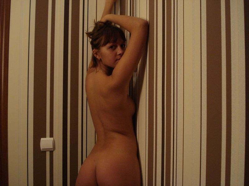 Перед зеркалом голая Алена показывает стройное тело