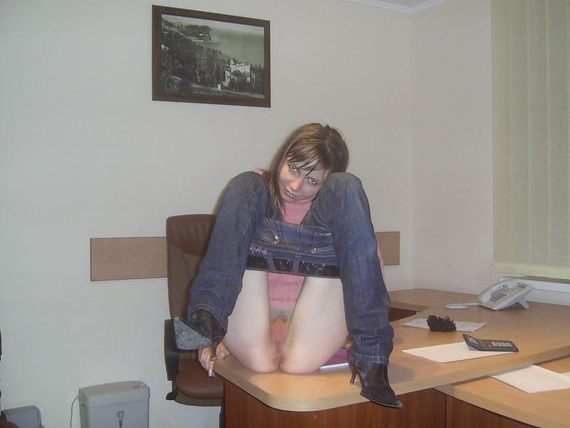 Секретутка Лариса в офисе оголяет писю начальнику секс фото