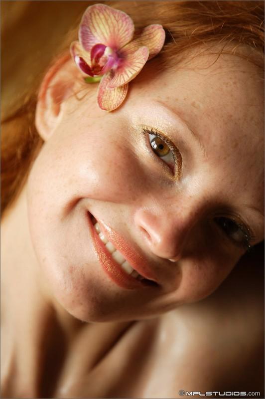 Рыжая Соня валяется голенькая в постели и любуется цветком