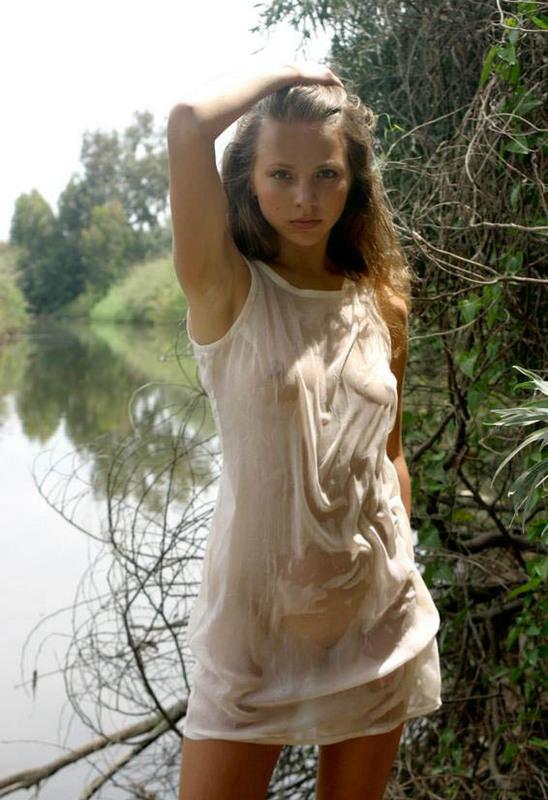 Стройняшка намочила майку на берегу реки