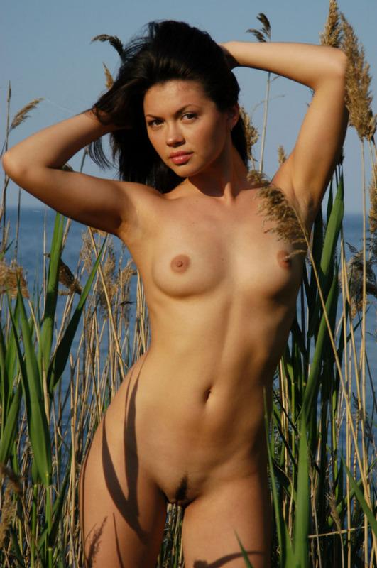 Страстна няшка уселась обнаженная на фоне озера секс фото