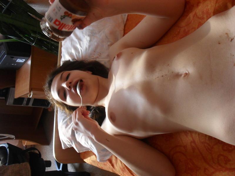 Фея ест нутеллу лежа в спальне