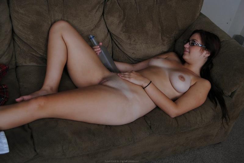 Сексапильная телка прячет под одеждой изящное тело секс фото