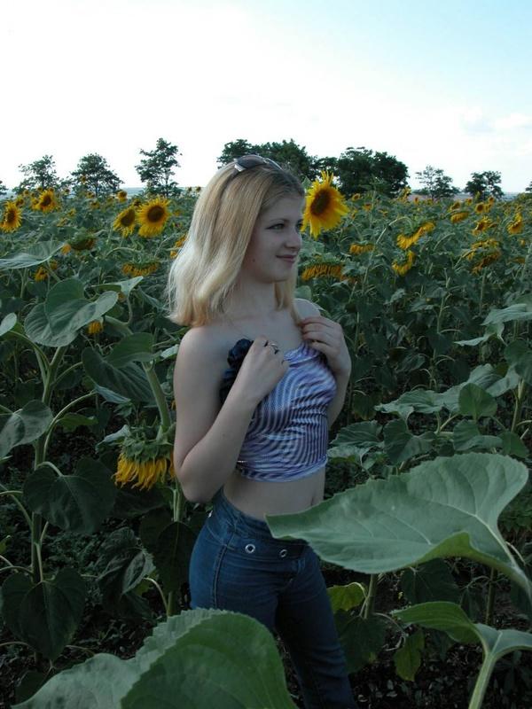 18-летняя блондинка раздевается среди подсолнухов секс фото