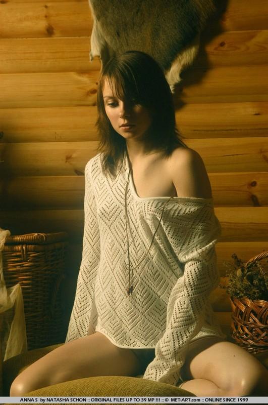 Сельская грешница обнажила маленькие груди в коридоре