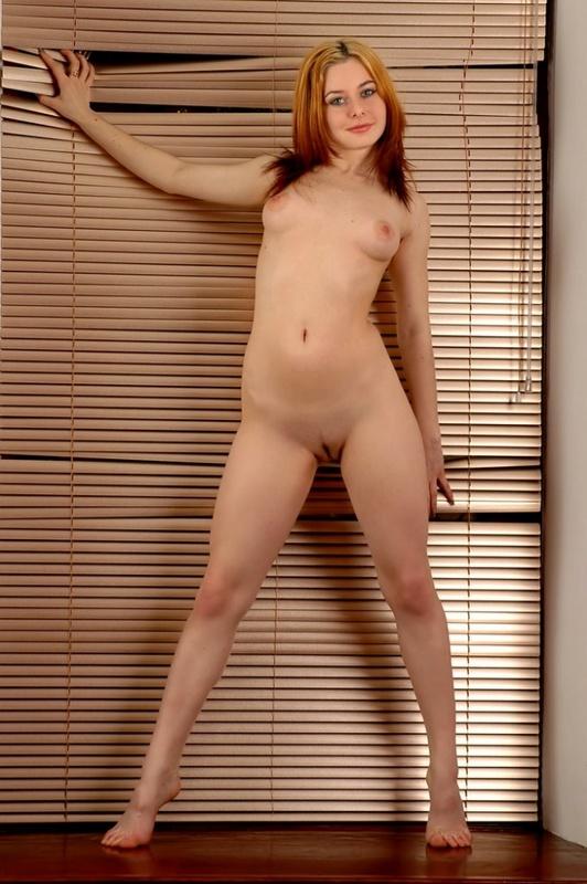 Солнечная красоточка от скуки чуть ли не на стену лезет секс фото