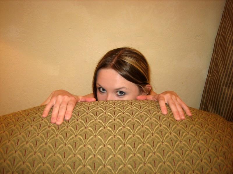 Катюша онанирует письку сидя на кресле секс фото