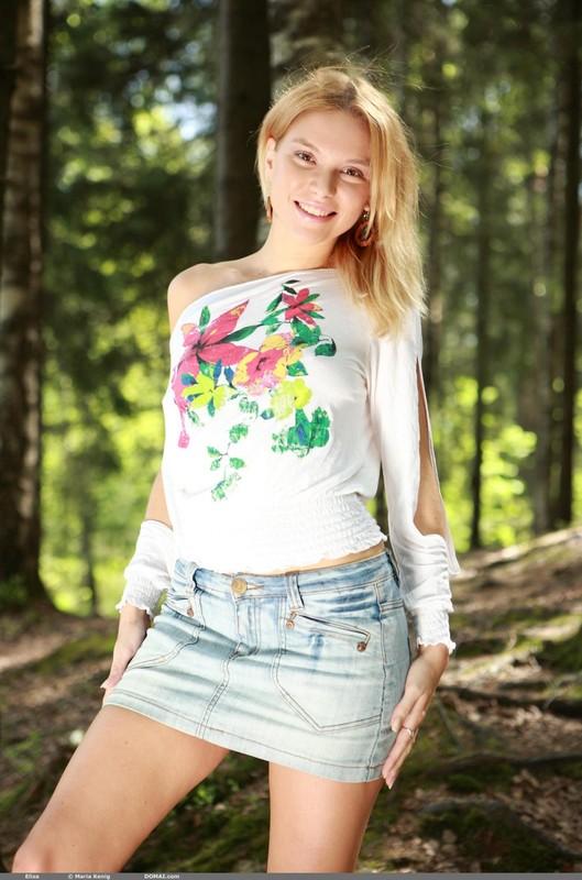 Элиза разделась догола в лесу