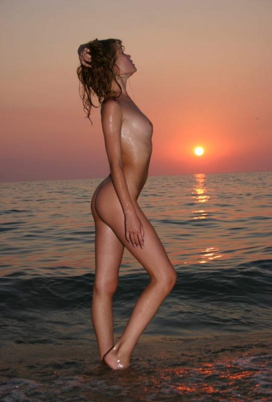 Мадам пришла на пляж на закате солнца