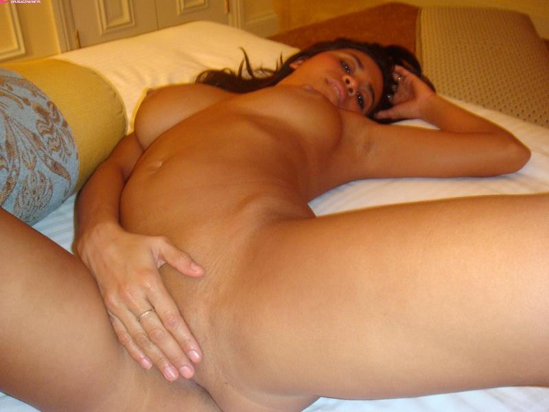 Лиза стянула с сисек лифчик на кровати