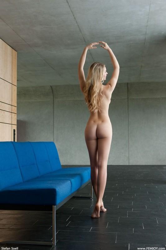 На синем диванчике Карина проветривает киску