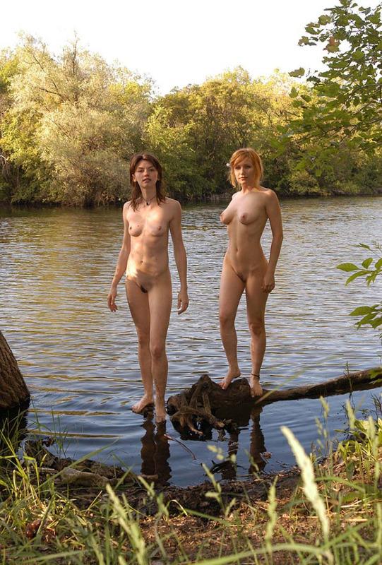 Пара голых подружек шалят у воды