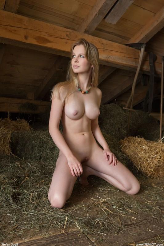 Белинда хвастается мандой расставив ноги на сеновале