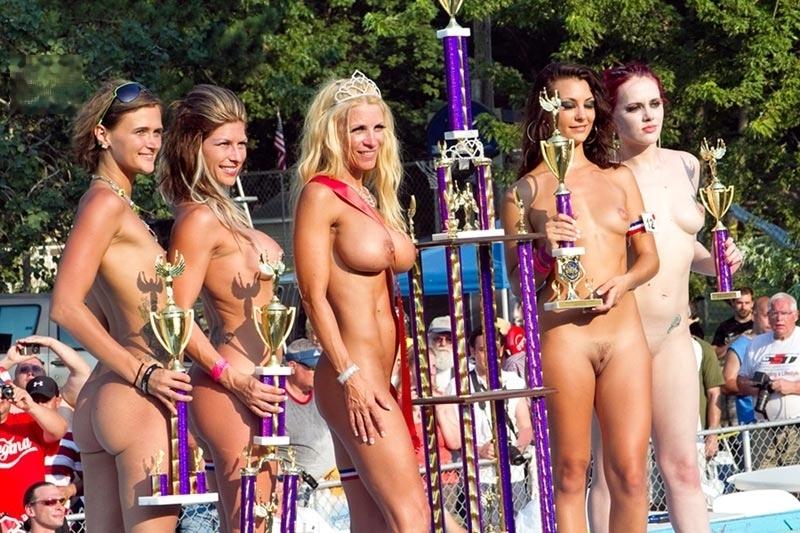 Обнаженные любовницы демонстрируют себя на конкурсе баб
