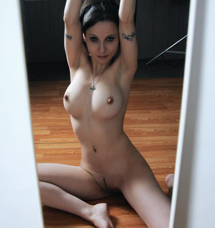 Перед зеркалом потаскуха светит дойками