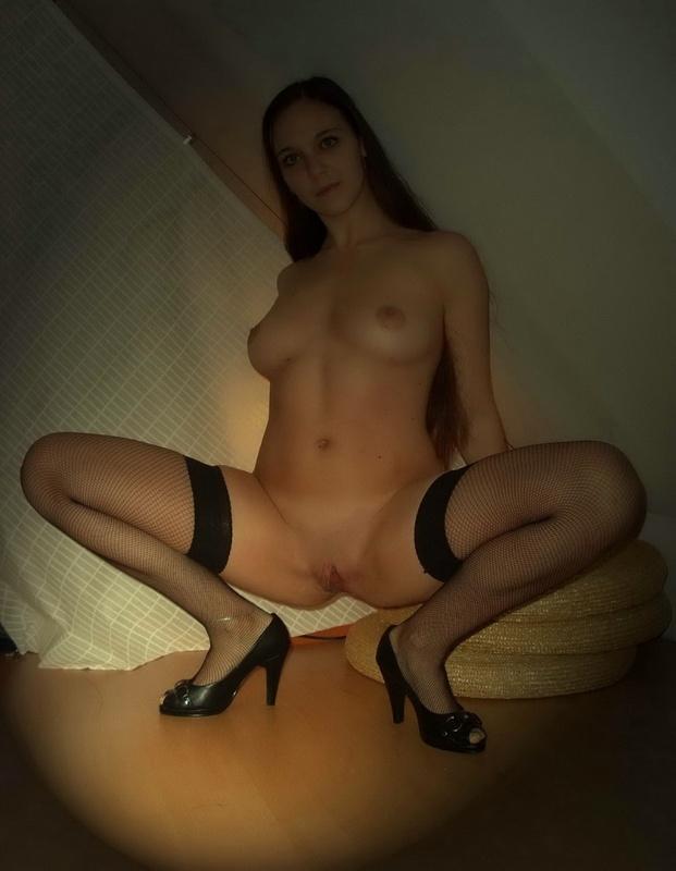 Изящная кобыла хвастается киской в домашних условиях с выключенным светом секс фото