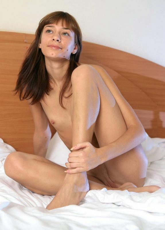 Фея раздвинула ножки на двуспальной кровати
