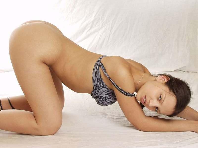 Подруга с идеальным телом лежа на спине сняла лифчик