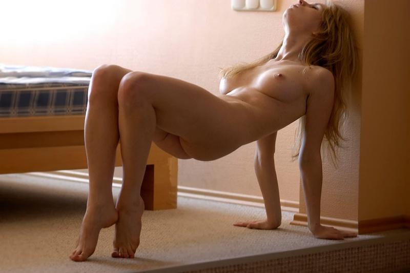 Карина легла на пол от могущественного возбуждения