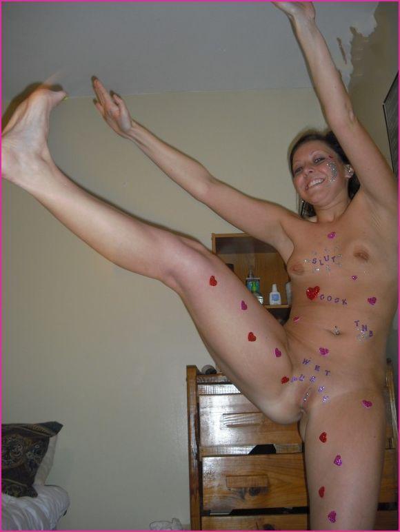 Гибкая Вероника на кроватке показывает свою грацию