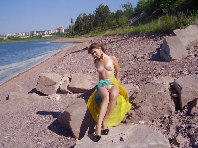 На скалистом берегу грешница позирует почти голая