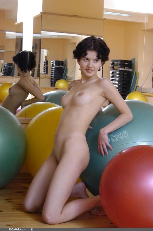 Обнаженная Ксюша нашла шарам для фитнеса другое применение