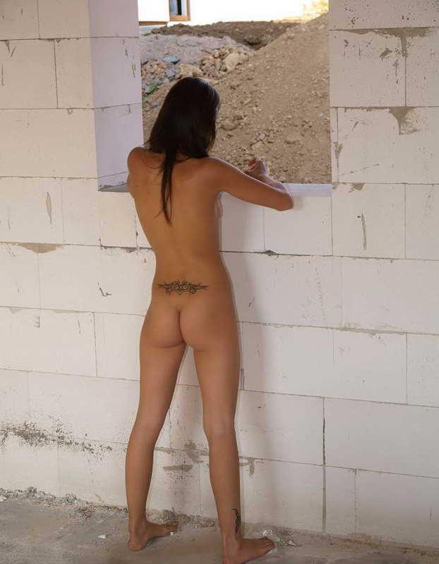 Ленивая работница разделась догола на стройке