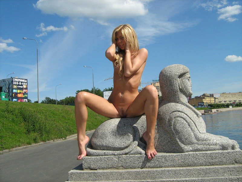 Марина на набережной бродит обнаженная