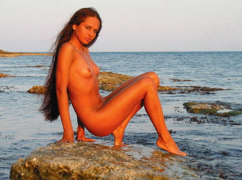 Сногсшибательная Ксения показывает голую фигуру возле моря