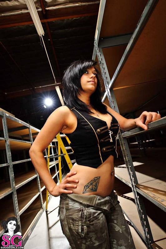 Ева обнажила тело работая на складе