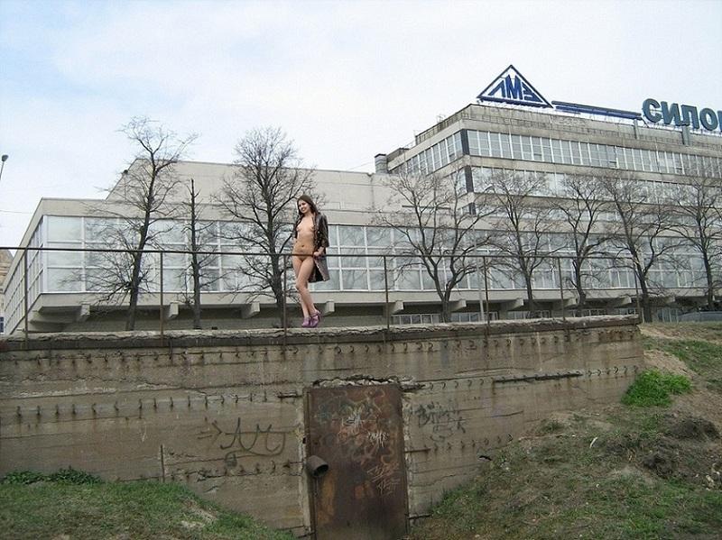 Кристина гуляет обнаженная по заброшенной стройке