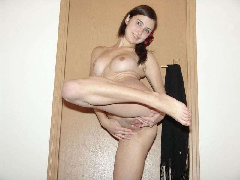 Анечка поднимает ножку возле двери