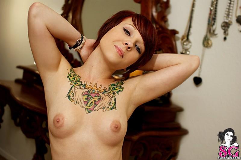 Татуированная деваха красуется на фоне туалетного столика
