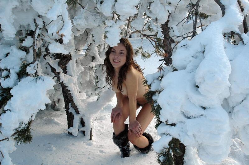 Саша вышла в снежный лес без белья