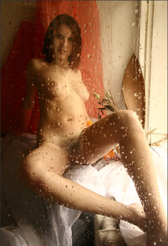Очаровашка Люси села на подоконник во время дождя