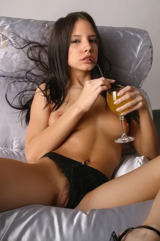 Моника попивает сок лежа в черных трусах