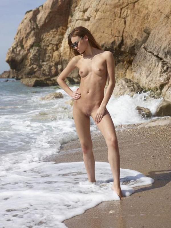 Ксения наслаждается отдыхом на морском побережье