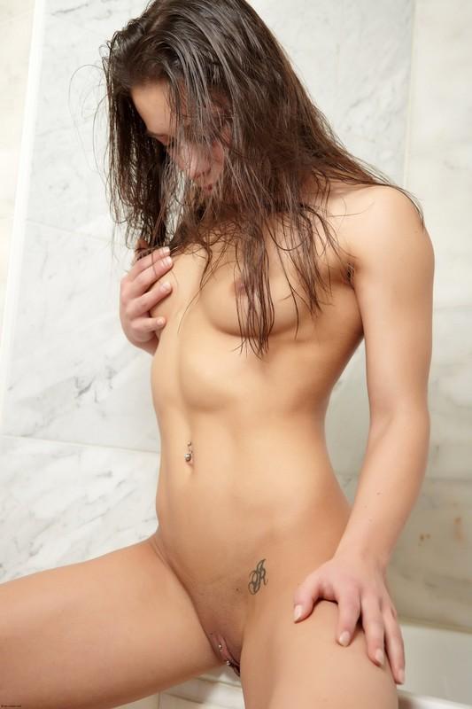 Кассандра в ванной комнате оголяет неприкрытую промежность смотреть эротику