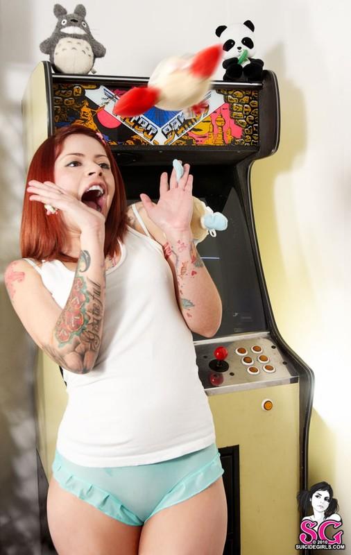 Кассиопея забавляется в видеоигру в одном белье