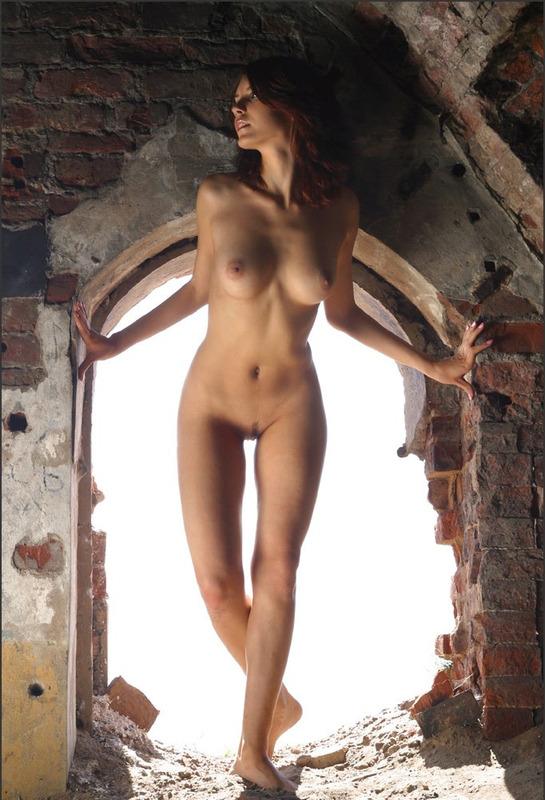 Наташа в гроте снимается без лифчика и одежды