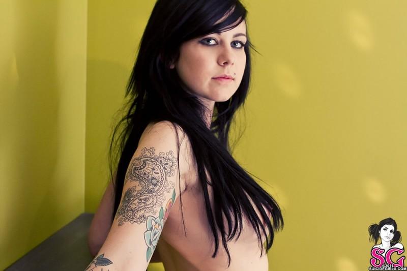 Татуированная неформалка разделась догола в комнате