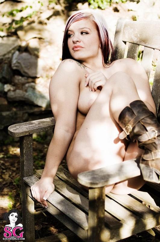 Шелди Энн без трусиков сидит в старом стуле на поляне