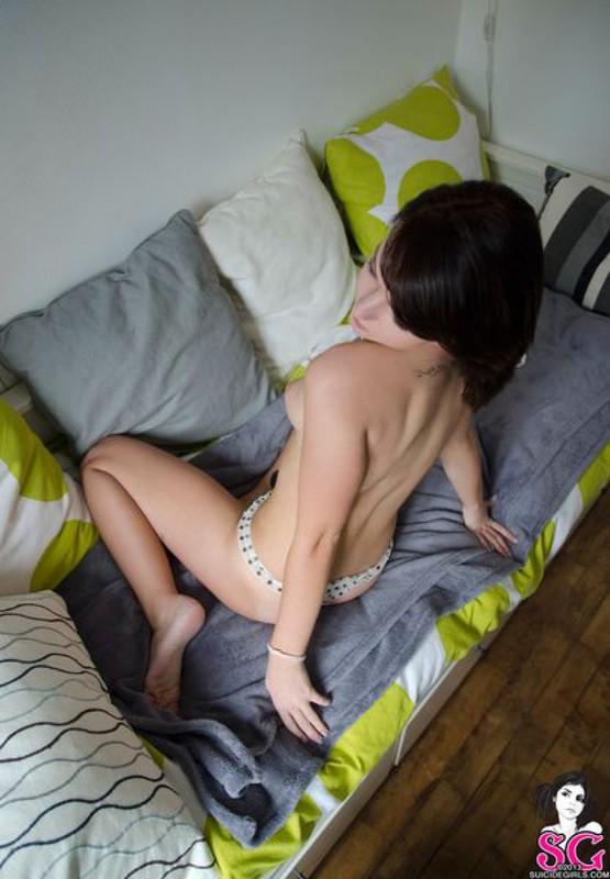 Милая парижанка озорничает в уютной спальне