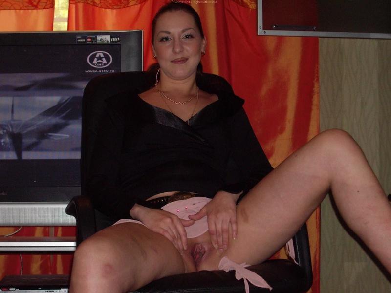 Бикса без трусиков развела ножки сидя на столе